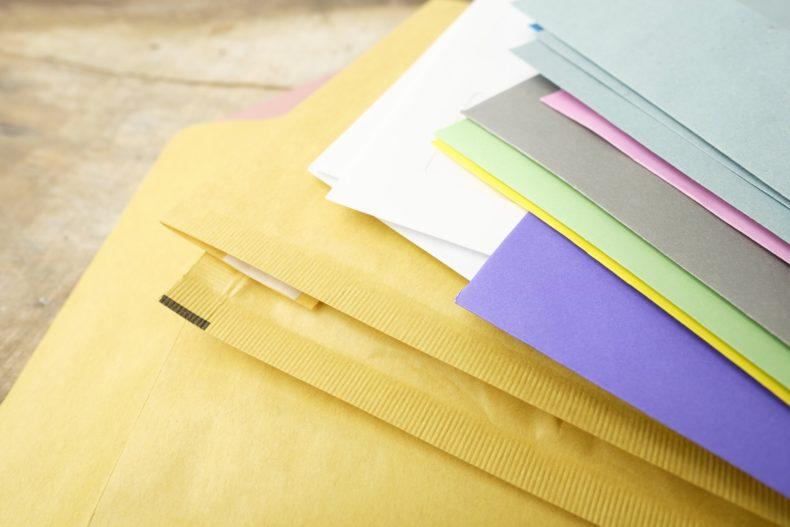Sussiste il reato di falso materiale in atto pubblico se l'ufficiale giudiziario corregge la data della notifica?
